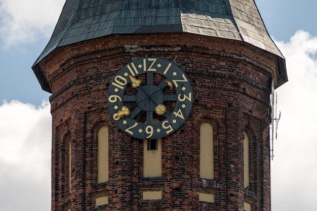 Tour de l'horloge de la cathédrale de königsberg. monument de style gothique en brique à kaliningrad, en russie