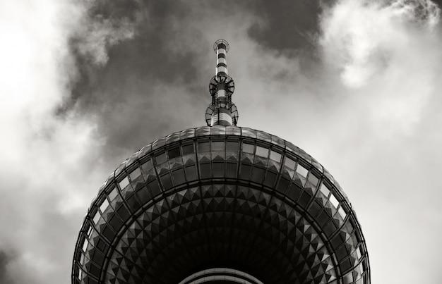 Tour d'un immeuble devant le ciel en noir et blanc