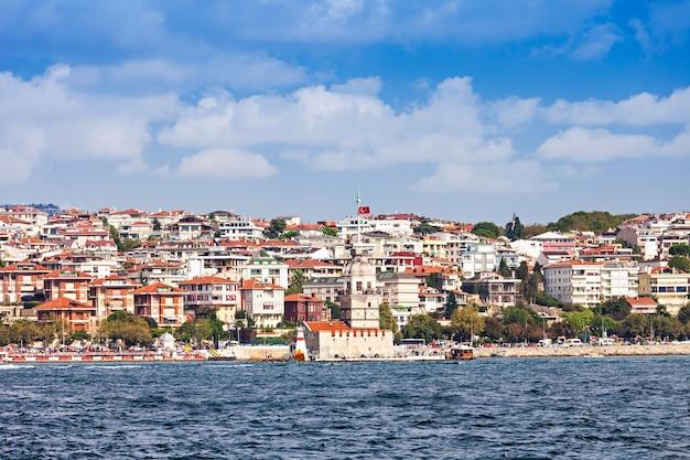 La tour de la jeune fille (kiz kulesi ou tour de leander) est une tour située sur un petit îlot situé dans le détroit du bosphore à istanbul, turquie