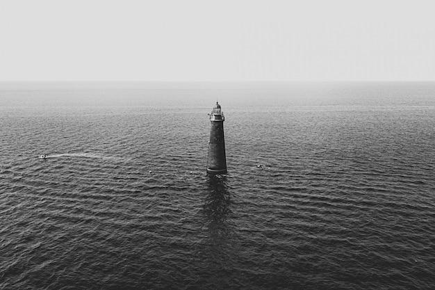 Une tour lumineuse au milieu de la mer