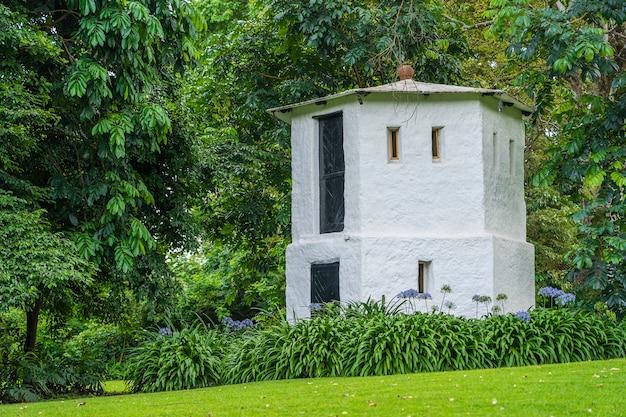 Tour de la maison blanche dans un jardin tropical., tanzanie, afrique.