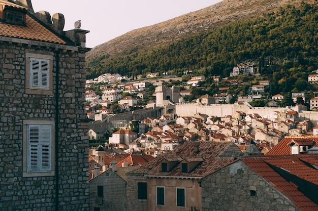 La tour mincheta est un symbole de la vue de dubrovnik depuis le mur sur les toits de tuiles de la vieille ville de
