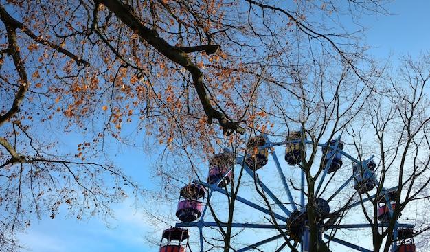 Tour de montagnes russes abandonné parc à thème