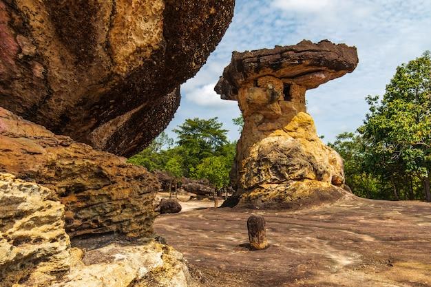 Tour nang usa, pilier en pierre de sable dans le parc historique de phu phra bat, province d'udonthani, thaïlande.