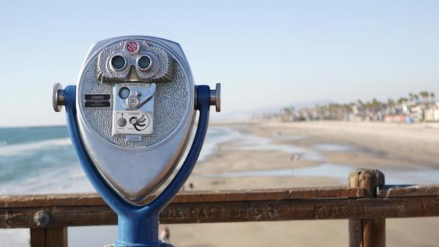 Tour d'observation stationnaire métallique jumelles de visionneuse california pier usa. télescope à pièces