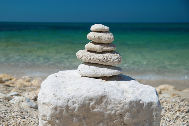 Tour en pierre avec ciel bleu et vue sur la mer