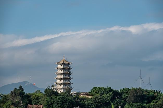 La tour de pierre est sur la montagne