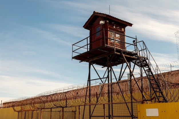 Tour De La Prison Et Clôture En Fil De Fer Barbelé Photo Premium