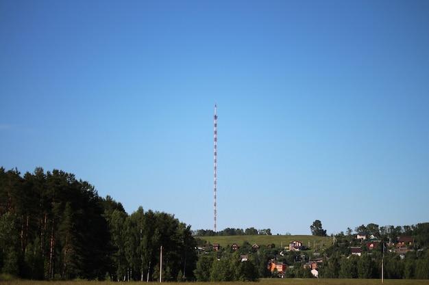 Tour de radio tv avec des fils contre un ciel bleu clair et profond, gros plan. structure en acier design treillis rouge et blanc. espace de copie.