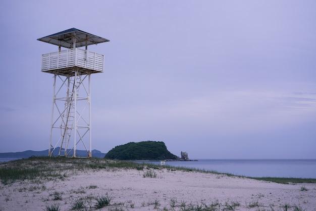 Tour de sauveteur blanche sur une plage de sable blanc