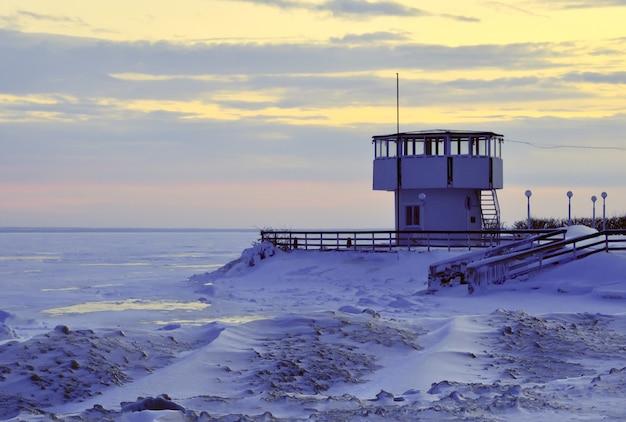 Tour de sauveteur sur la plage d'hiver
