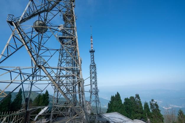 Tour de signalisation au sommet de la montagne