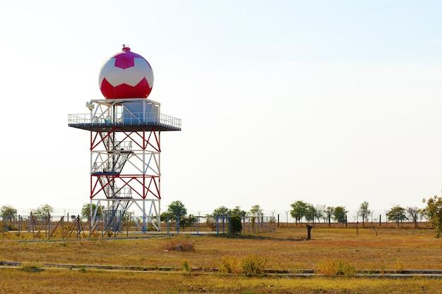 Tour de station météorologique aéronautique avec radar sphérique à l'aéroport