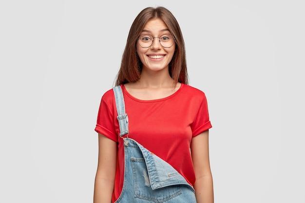 Tour de taille d'une fille à la mode avec une expression faciale heureuse
