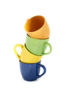 Tour de tasses de couleur isolé sur blanc