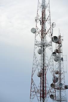 Tour de télécommunication avec antennes.
