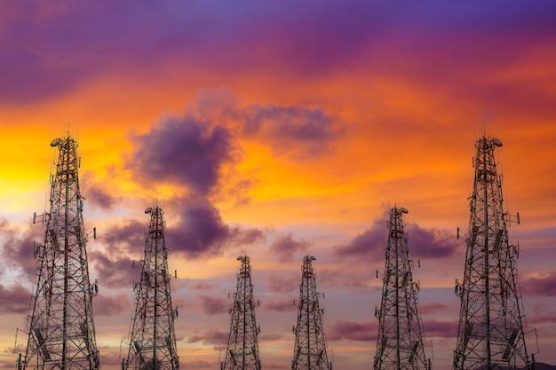 Tour de télécommunication au ciel coucher de soleil