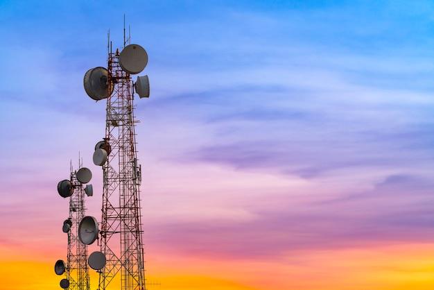 Tour de télécommunication au fond de ciel coucher de soleil