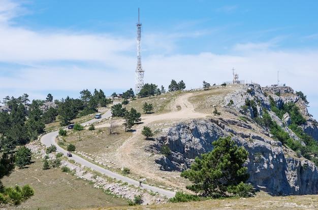 Tour de télécommunication au sommet d'une montagne