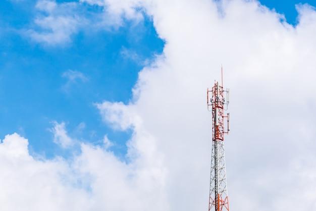 Tour de télécommunication avec un beau ciel.