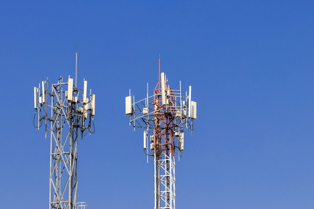 Tour de télécommunication avec ciel bleu