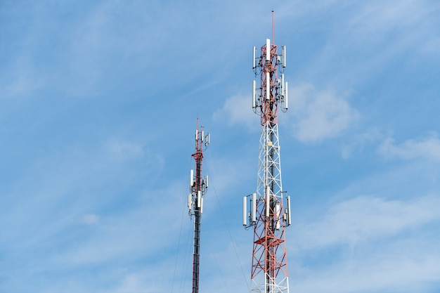 Tour de télécommunication avec un ciel bleu.