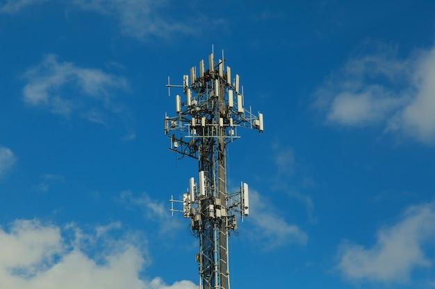 Tour de télécommunication dans le ciel