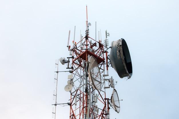 Tour de télécommunication sur fond de ciel bleu, antenne de téléphone