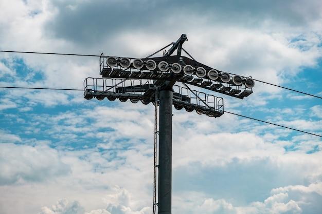 Tour de téléphérique contre le ciel bleu et les nuages