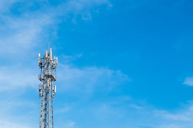 Tour de téléphonie cellulaire de télécommunications avec un ciel bleu