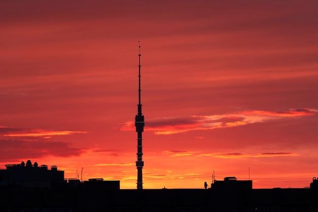 Tour de télévision ostankinskaya pendant le coucher du soleil de printemps à moscou en russie