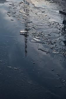 Tour de télévision reflétée dans l'eau