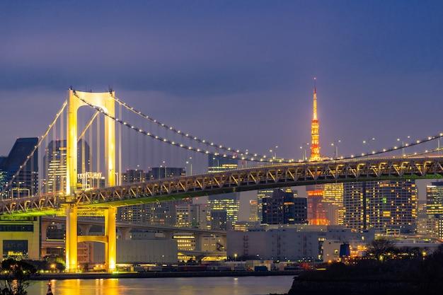 Tour de tokyo avec coucher de soleil sur le pont arc-en-ciel