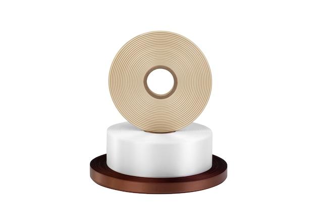 Une tour de trois bobines de rubans de soie pour étiquettes ou décoration en blanc marron foncé et beige isolé sans ombres