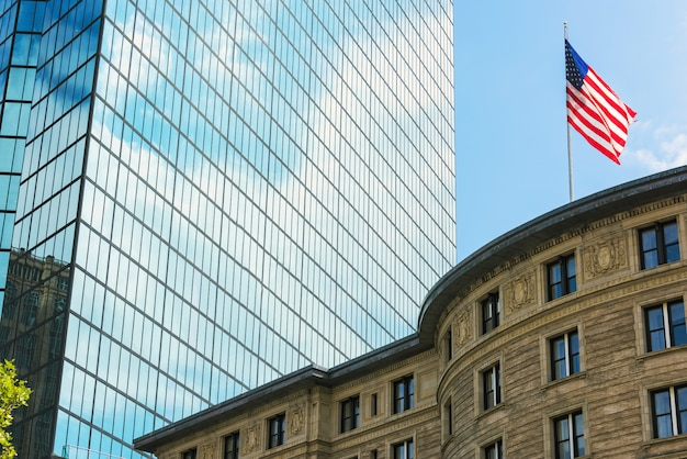 Tour de verre avec des nuages blancs dans la ville de boston