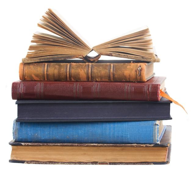 Tour de vieux livres isolés sur blanc