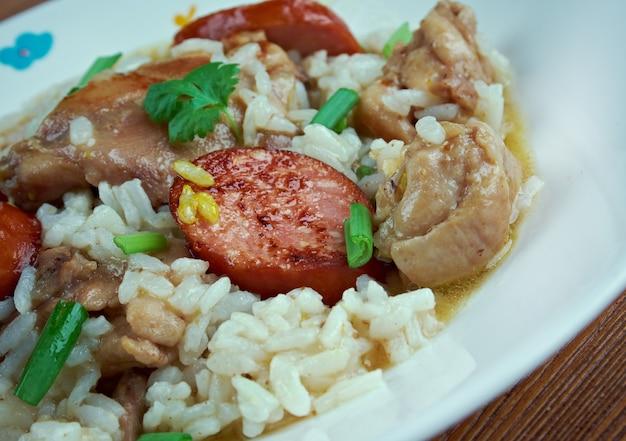 Tourbière de poulet - plat à base de riz, poulet, oignon, épices et saucisses.cuisine du sud des états-unis