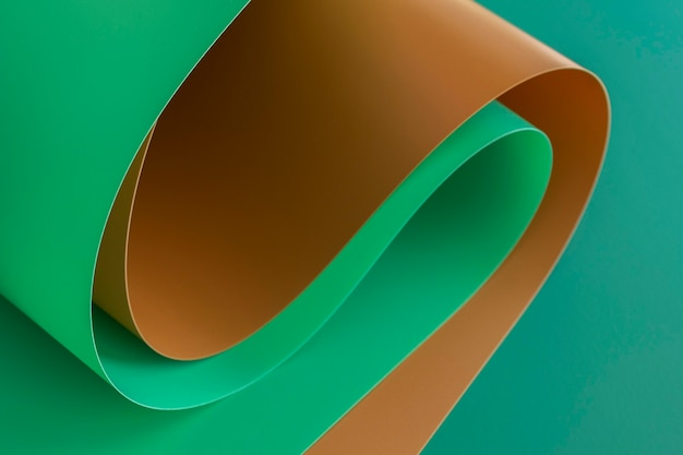 Tourbillons de papiers bruns et verts