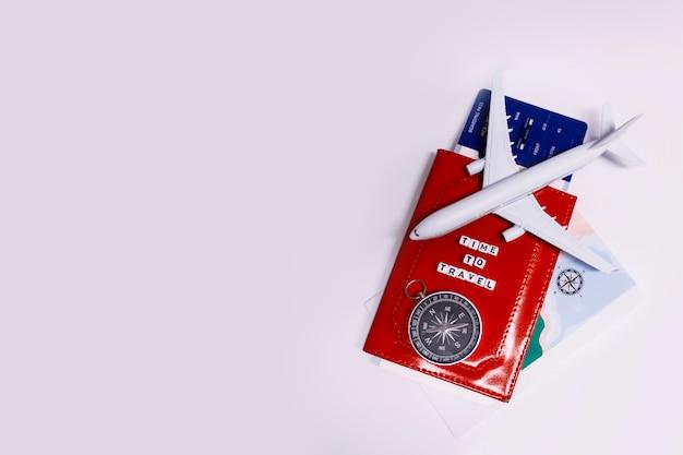 Tourisme avec avion, passeport et billets, boussole et carte