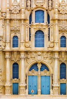 Tourisme à la façade de l'ancien bâtiment
