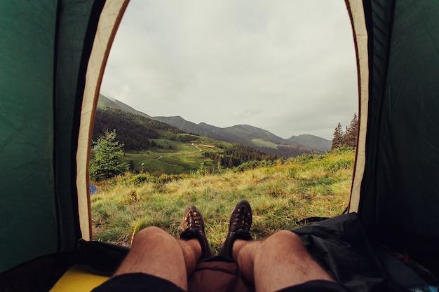 Tourisme, montagnes, mode de vie, nature, concept de personnes - belvédère de tente sur un camp dans les montagnes