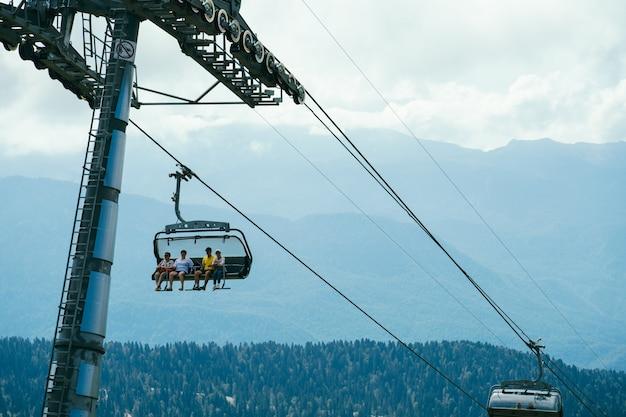Tourisme se déplaçant en téléphérique sur un flou