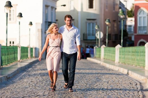Tourisme de ville - couple en vacances dans la rue