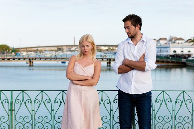 Tourisme en ville - couple en vacances en discussion