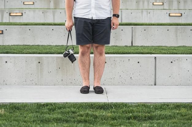 Touriste adulte avec une caméra en vacances