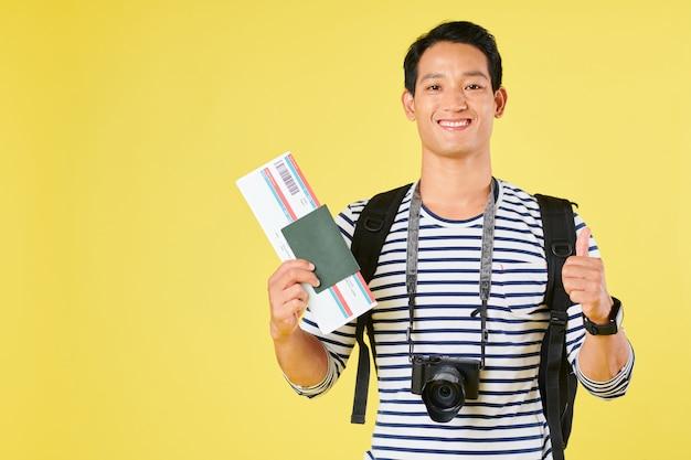 Touriste avec appareil photo numérique et billet