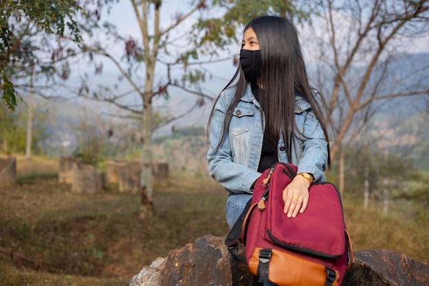 Touriste asiatique portant un masque facial. concept de voyage pour le virus de la grippe coronavirus
