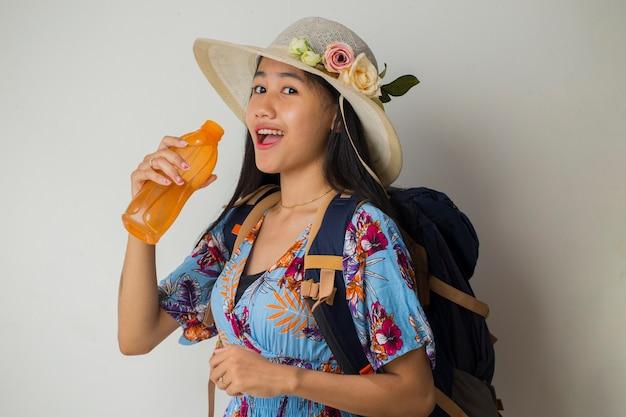 Touriste asiatique avec sac à dos eau potable sur fond blanc