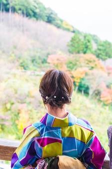 Touriste au temple kiyomizu-dera à kyoto au japon. kiyomizu-dera