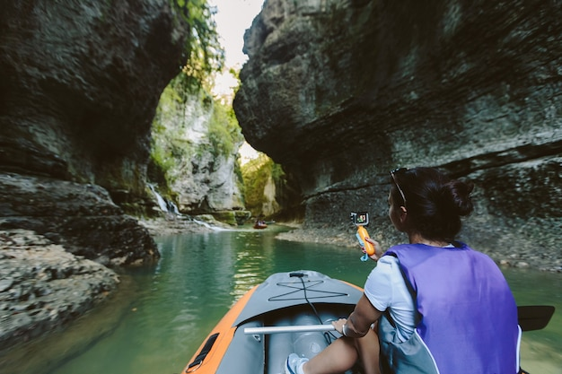 Touriste en bateau pneumatique dans le canyon. canyon de martvili en géorgie.